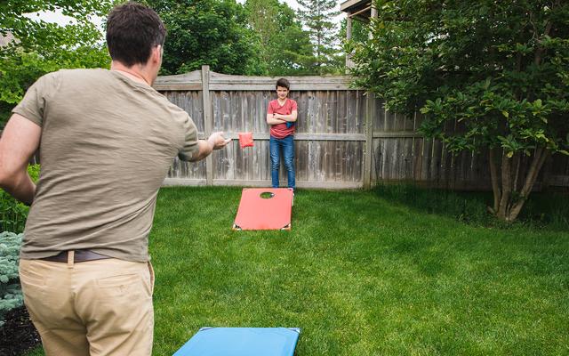 Mükemmel Banliyö Yaşamının Kaplamasının Altında Birkaç Eğlenceli Çim Oyunları ile Keyifli Bir Aile Yatıyor