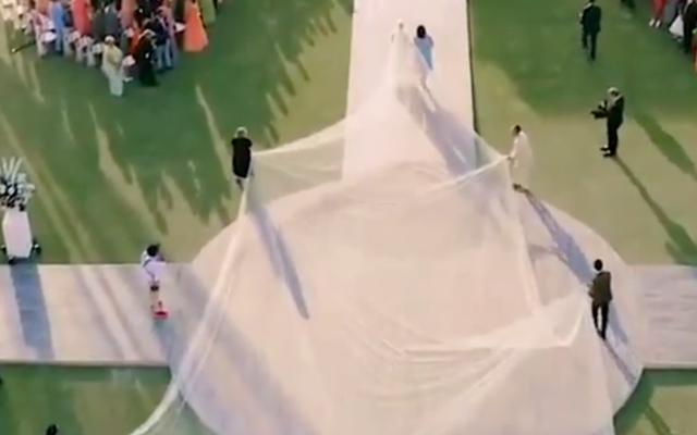 Мы мало говорим о невероятно драматичной и большой свадебной фате Приянки Чопры