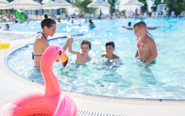 Insegna a tuo figlio cosa fare se qualcuno lo afferra mentre nuota