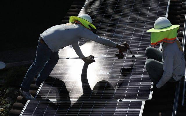 クリーンエネルギーは、3月に石炭産業全体が雇用するよりも多くの労働者を失った