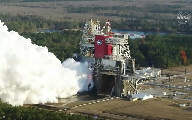 NASAが新しいメガロケットの2回目のホットファイアテストを実行する様子をライブでご覧ください
