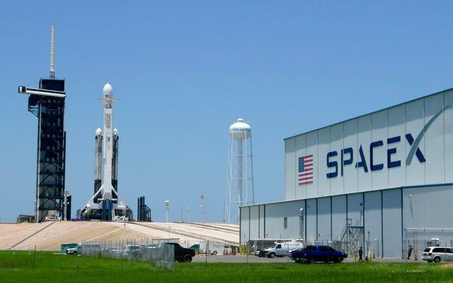 Toutes les choses cool qui vont dans l'espace ce soir à bord d'une fusée lourde SpaceX Falcon