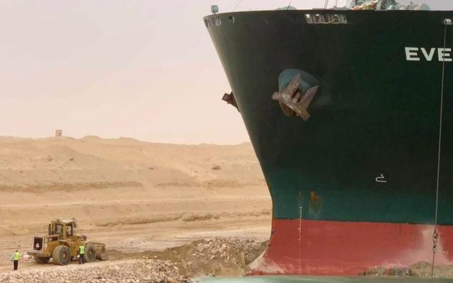 スエズ運河で立ち往生しているそのメガ貨物船は、主要な交易路を封鎖する前に、海に巨大なペニスを引きました[更新]