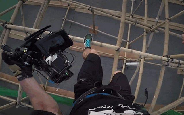 このバダスカメラマンが撮影中に建物からクレイジージャンプするのを見る