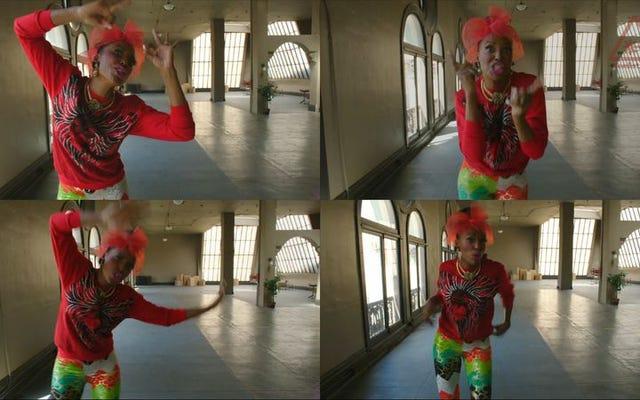 4パネルの「Tacky」ビデオは、WeirdAlのワンショットの天才を示しています