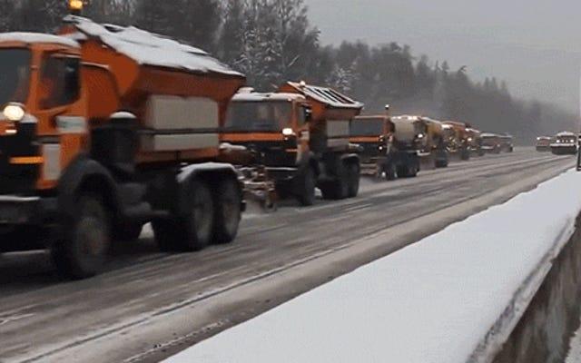 ขบวนรถไถหิมะที่ไม่มีวันสิ้นสุดนี้เป็นวิธีที่ดีที่สุดในการเคลียร์ถนนที่เต็มไปด้วยหิมะได้อย่างง่ายดาย