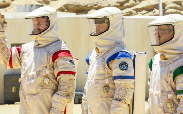 Przyszłość zderza się z przeszłością, gdy SpaceX przybywa do Bazy Księżycowej 8