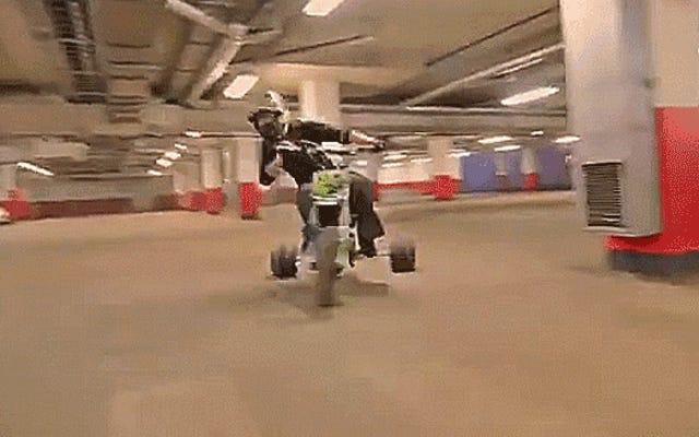 यह मोटराइज्ड स्टंट ट्राई साइकिल आपके पुनी ओल्ड बिग व्हील के आसपास डोनट्स चला सकता है