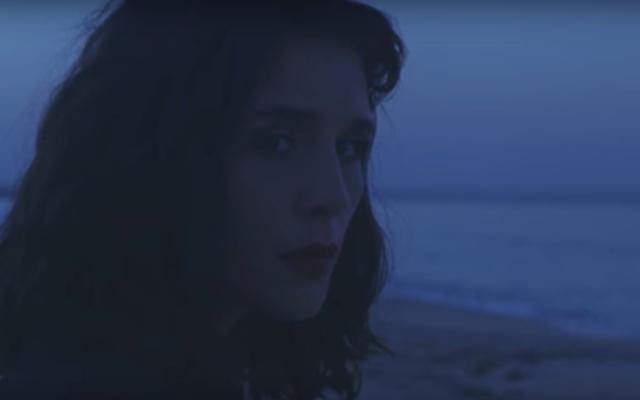 ジェシーウェアの新しいビデオは、マヨルカで私たちに大きな小さな嘘を与えています
