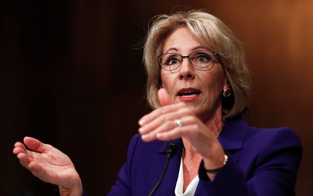 Le Sénat retarde le vote sur la candidate du secrétaire à l'éducation Betsy DeVos pour un examen de la divulgation financière