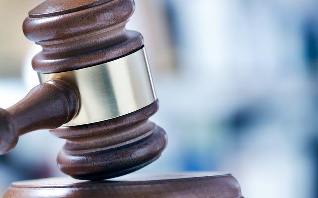 連邦判事は、元重罪人が投票に登録する前に罰金を支払うことを要求するフロリダ州の法律を削減しました