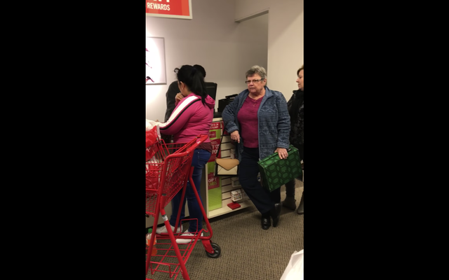 'गो बैक व्हेयर द एफ--के यू कम फ्रॉम': क्यू महिला हिस्पैनिक दुकानदारों के खिलाफ नस्लवादी शेख़ी में फंसी