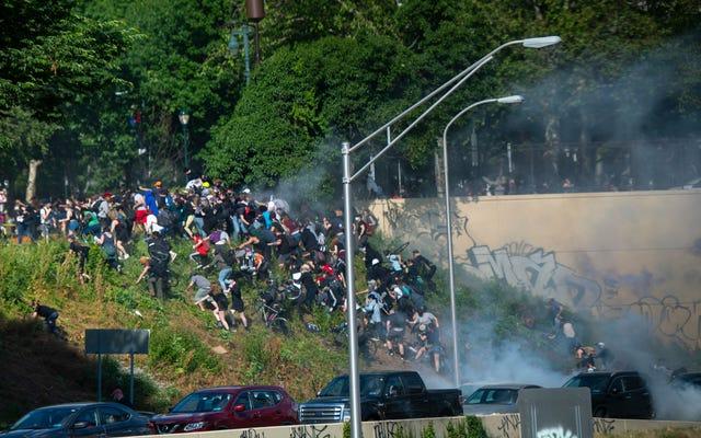 写真:トランプが戒厳令を脅かす中、警察が武力を行使して全国的な抗議行動を鎮圧
