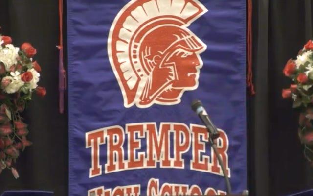 レポート:ウィスコンシン学区がコーチに火をつけてグロスを配り、高校のチアリーダーに賞を客体化