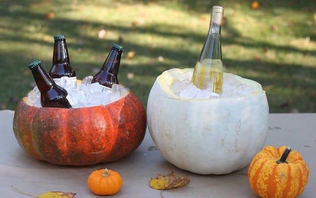 अपनी हैलोवीन पार्टी के लिए कद्दू को परफेक्ट ड्रिंक कूलर में बदल दें