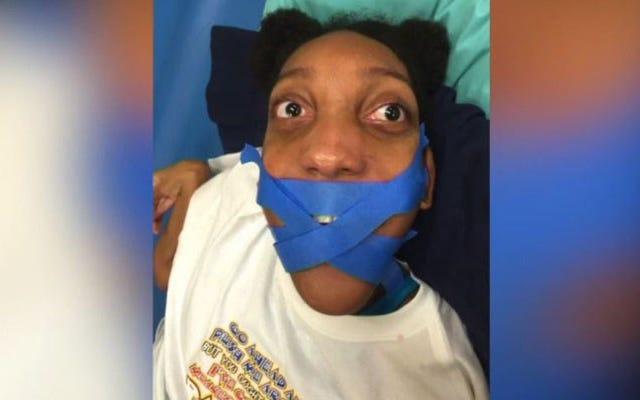 Mulher com paralisia cerebral tem a boca fechada com fita adesiva pelo professor, família abre processo