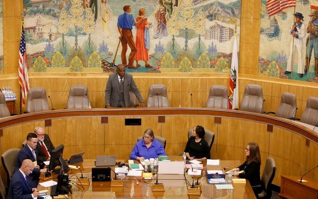 La substance rouge qu'un anti-Vaxxer a jeté sur plusieurs législateurs californiens était en effet du sang humain