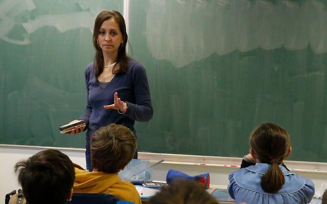 準備不足の2年生の先生は本当にクラスの遅い読者に寄りかかって時計を食べます