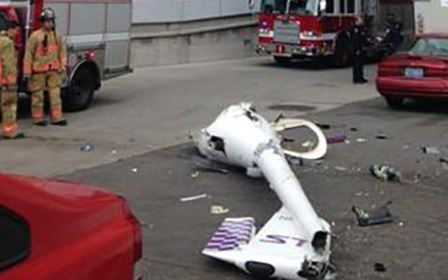 男は壊れたグライダーから脱出し、パラシュートで病院に向かう