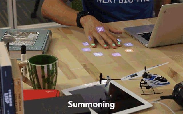 Enroscar esta bombilla convierte todo su escritorio en un teléfono inteligente con pantalla táctil