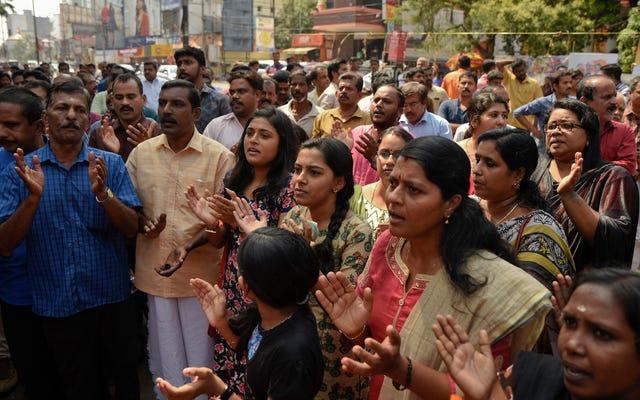 Phụ nữ tạo thành chuỗi người 385 dặm để phản đối lệnh cấm kinh nguyệt của đền thờ