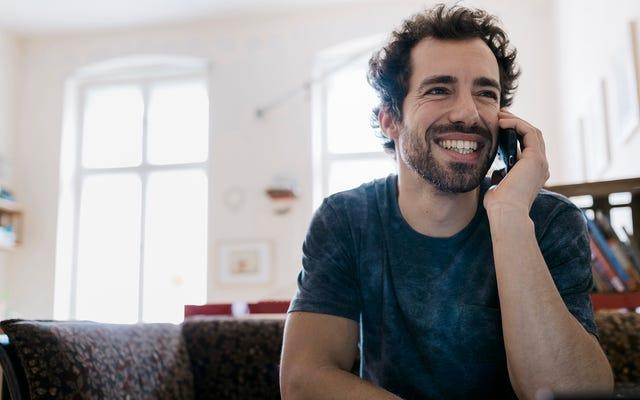 Mężczyzna schlebia rozmówcy spamu, że ma samochód, dom, konto oszczędnościowe w celu oszukania