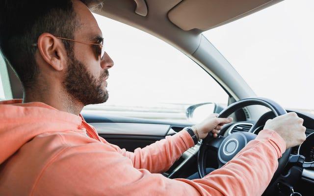 คนขับรถไม่พอใจที่เห็นรถคันอื่นที่เขาขับตามหลังมาในขณะที่ออกจากทางหลวง