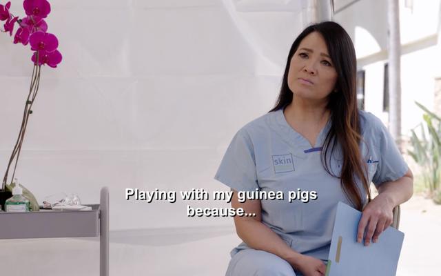 El Dr. Pimple Popper trata a alguien con un bulto del tamaño de una pelota de tenis en el cuello