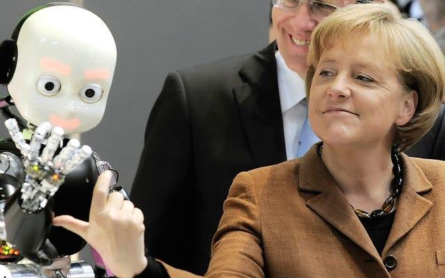 ¿Por qué Angela Merkel siempre juega con los robots?