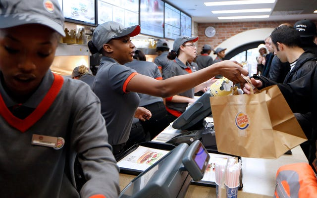 資格のあるバーガーキングの従業員は、毎日最悪のアメリカに対処するためだけに1時間15ドルを望んでいます