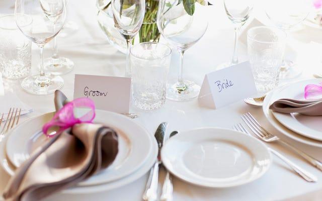 シカゴのカップルは結婚披露宴をキャンセルし、代わりに感謝祭のために200を供給します