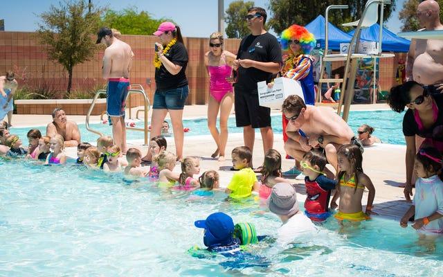 """Fai a turno come """"osservatore dell'acqua"""" alle feste in piscina per bambini"""