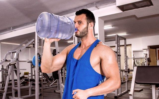 बीफ जिम मैन पौराणिक जाइंट की तरह गैलन पानी के जग से शराब पीता है