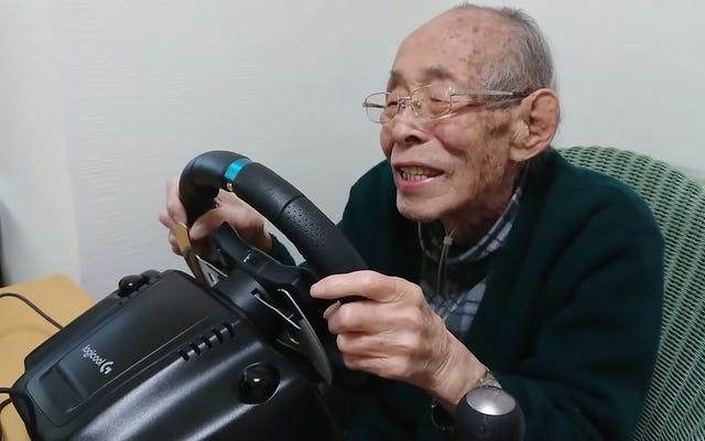 93歳のYouTuberはレーシングゲームが大好き