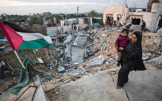 空爆で家を失ったパレスチナ人の家族は、これをすべて非常に複雑に知っていることに安心している