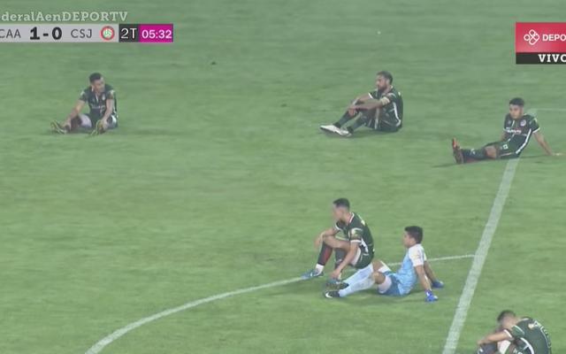 アルゼンチンのサッカーチームは、レッドカードに抗議するためにフィールドでのシットインを調整します