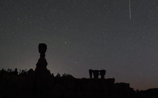 月曜日にペルセウス座流星群をライブストリーミングする方法