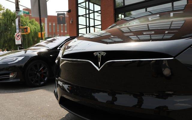 Un dysfonctionnement de Tesla bloque les propriétaires qui dépendaient de l'application pour entrer, les obligeant à se démener pour obtenir des `` clés ''