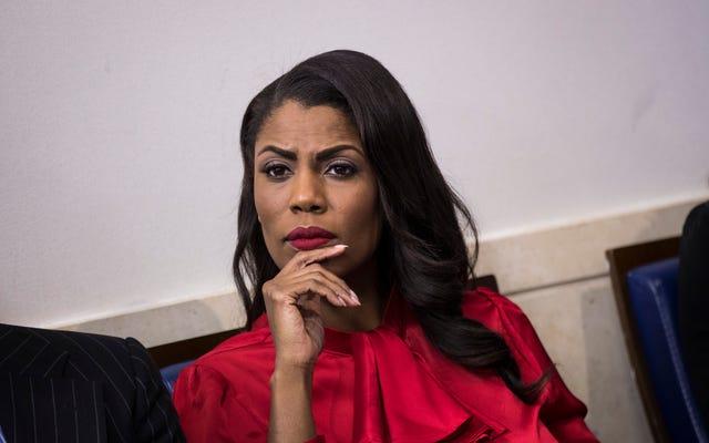 オマロサは話す:彼女は平和的に「辞任した」と主張しているが、報告書は彼女がホワイトハウスに押し戻され、警報を発したと述べている