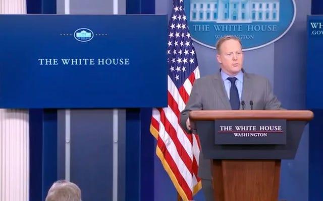 ホワイトハウス報道官のショーン・スパイサーは、彼の最初のブリーフィングで就任式への出席について嘘をついた