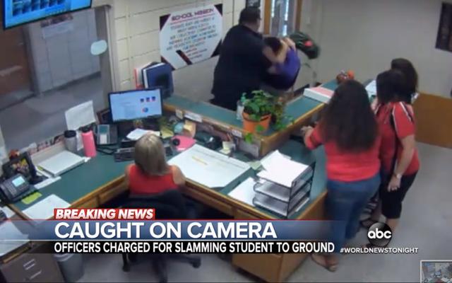 2人の元ルイジアナ州警官が14歳の少年を机に叩きつけたとして起訴