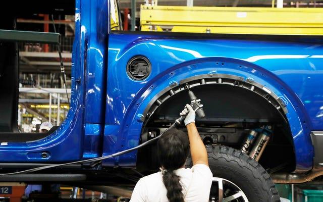 自動車メーカーは遅かれ早かれ彼らの工場を再開することを決意している