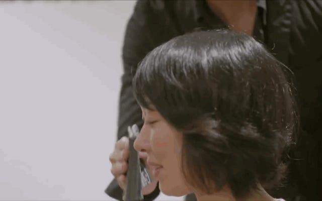 Tại sao phụ nữ ở Nhật Bản trả tiền cho một người đàn ông hấp dẫn để khiến họ khóc (và sau đó lau nước mắt)