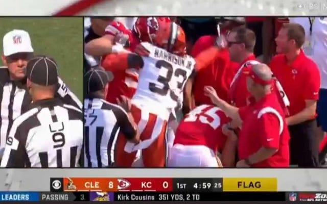 Pemain Browns dikeluarkan setelah dia mendorong pelatih Kansas City di tenggorokan