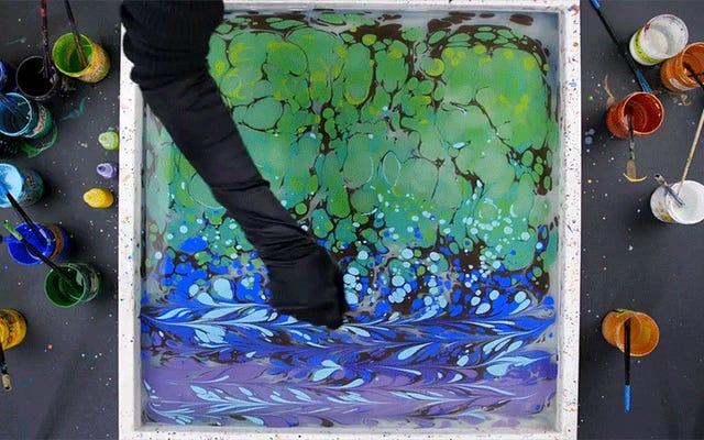 このアーティストが水にペイントするのを見るのは、私の脳をリラックスさせるマッサージのようなものです
