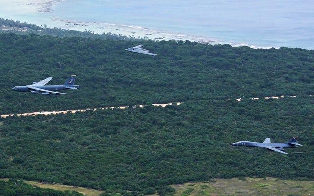 Los bombarderos más grandes de la Fuerza Aérea de EE. UU. Volaron juntos en su primera formación en Asia