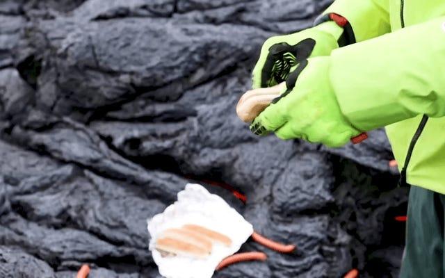 科学者はアイスランドの噴火する火山から溶岩でホットドッグを調理します