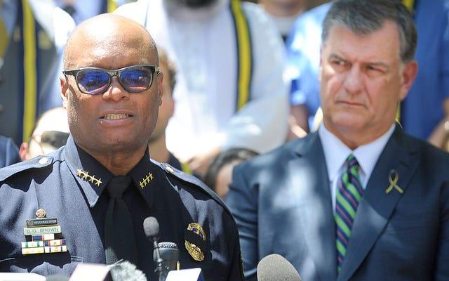 """Burmistrz Dallas mówi, że strzelec działał samotnie, jako naród musimy """"zaatakować wyścig"""""""