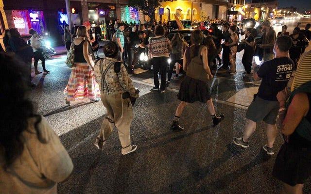 セントルイスでの集会に続いて、運転手が抗議者を車で走らせる