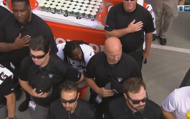 विशेष: एनएफएल के मालिक, कोच खिलाड़ियों को गान के दौरान घुटना बंद करने के लिए दबाव डालते हैं